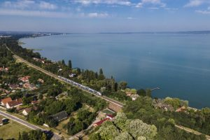 Kék Hullám InterCity közlekedik a Szombathely-Celldömölk-Tapolca-Balatonfüred-Budapest útvonalon.