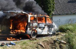 Kigyulladt és teljes terjedelmében égett egy kisbusz Jánosházán, a Batthyány utcában.