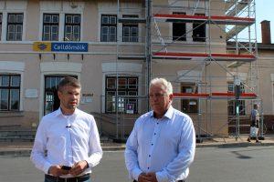 Sajtótájékoztatót tartott Ágh Péter Észak Vas megye képviselője illetve Fehér László polgármester a májusban megkezdett vasútállomás felújítása kapcsán.
